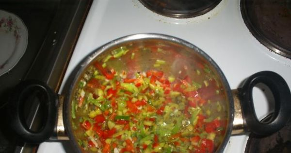 Meksykański sos do potraw - Do podsmażonego pora dodać obie papryki, ogórka i razem dusić