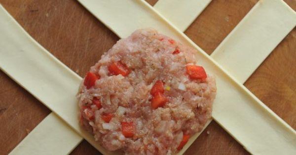 Mielone w cieście francuskim - Spłaszczoną kulkę z mielonego mięsa układamy na paskach ciasta francuskiego