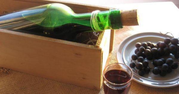 Nalewka z ciemnych winogron - Domowa nalewka z ciemnych, drobnych ogrodowych winogron.
