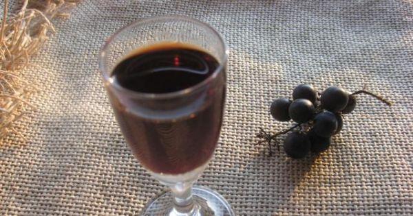 Nalewka z ciemnych winogron - Butelki z nalewką odstawiam do piwnicy na minimum kilka miesięcy.