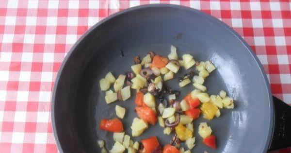 Omlet z ziemniakami, cebulą i papryką - Przygotowane składniki podsmażyć na gorącym maśle.