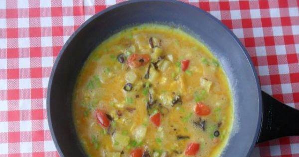 Omlet z ziemniakami, cebulą i papryką - Omlet smażyć aż wierzchnia warstwa zupełnie się zetnie.