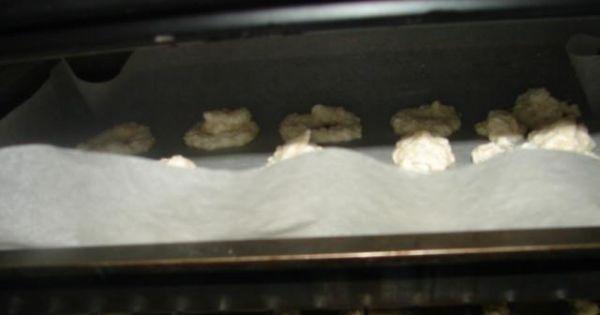 Orzechowe bezy - Etap 4 - na koniec wyciśnij szprycą bezy i piecz ok 40 min w 125 *C