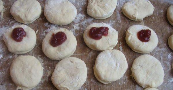 Pączki wyrastające na zimno - z wyrośniętego ciasta wyciąć krążki i na co drugim położyć marmoladę