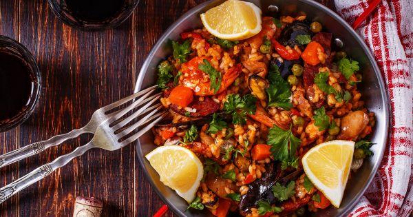 Paella z chorizo i owocami morza