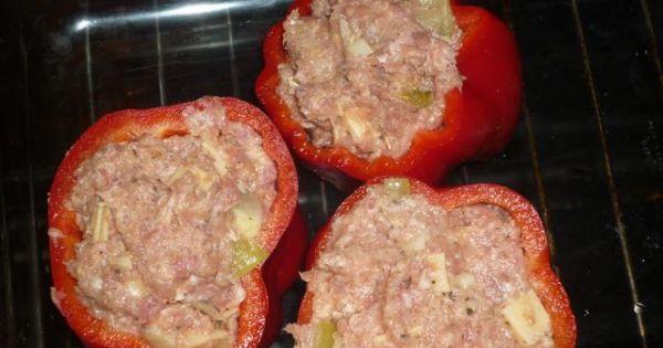 Papryka faszerowana mięsem mielonym - Przygotowaną paprykę wypełnić farszem, zapiec.