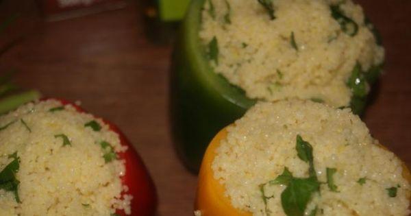 Papryki faszerowane kuskusem - Wydrążyć papryki i napełnić kuskusem po brzegi