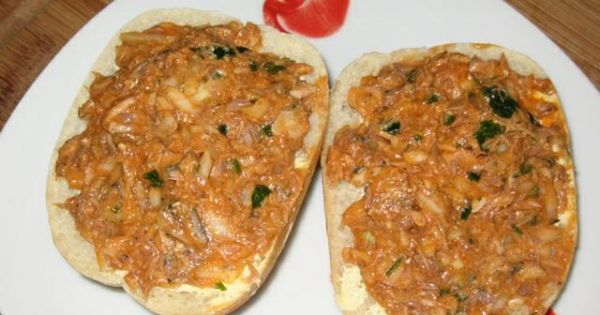 Pasta kanapkowa z makrelą w pomidorach - kanapki z pasta z makreli z pomidorach z cebulka.