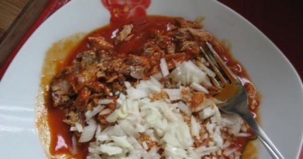 Pasta kanapkowa z makrelą w pomidorach - dodac posiekana cebulkę i wyrobić na paste.