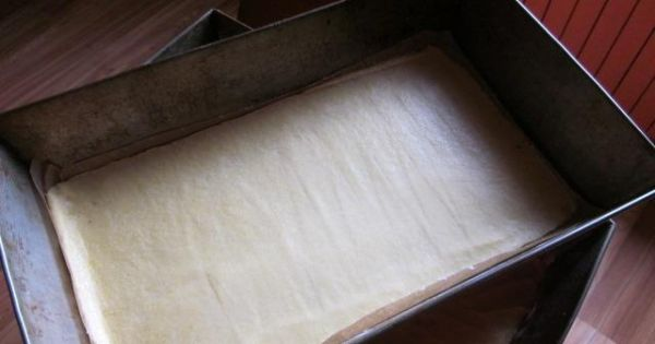 Piernik z kaszą manną - każdą z 3 części ciasta rozwałkowujemy na blaszce i pieczemy