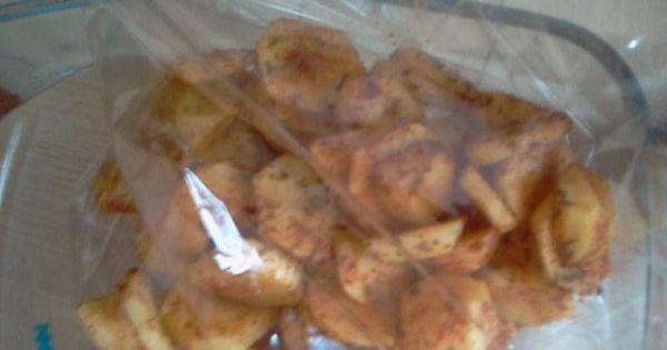 Piersi z kurczaka pieczone z ziemniakami - Ziemniaki obrać, umyć i pokroić w plastry i obsypać przyprawami.