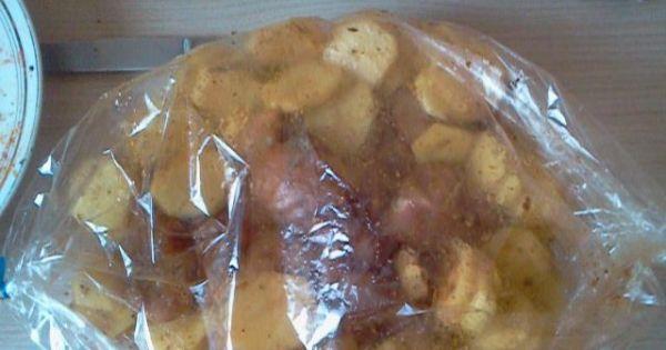 Piersi z kurczaka pieczone z ziemniakami - Ziemniaki i mięso włożyć do rękawa, wlac olej i piec przez ok godzinę w temperaturze 180 stopni C.