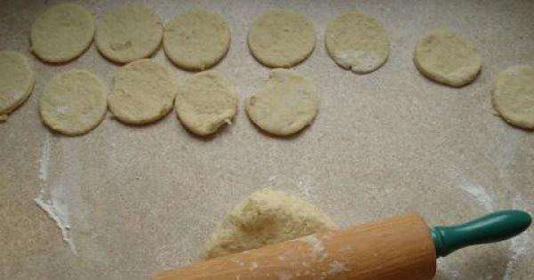 placuszki z gotowanymi ziemniakami - Rozwałkowujemy dokładnie ciasto, a następnie wycinamy z niego kształtne placuszki