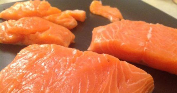 Podstawowy przepis na łososia - Rybę należy wyfiletować oraz podzielić na płaty