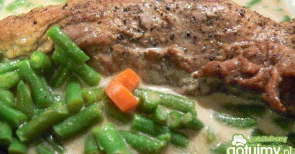 Polędwica wieprzowa na szybko -  Sos z polędwicy zaprawiamy śmietaną i dorzucamy podgotowane warzywa, dusimy razem jeszcze 3-4 minuty.