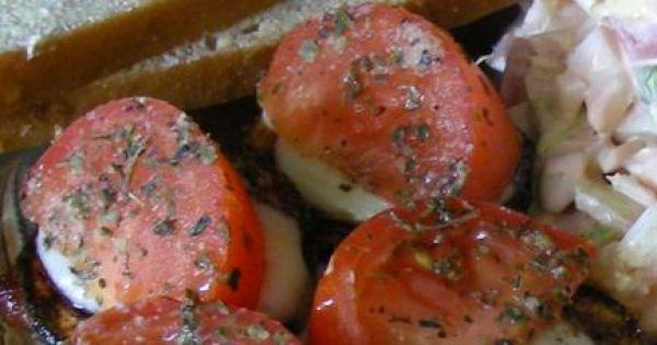 polędwiczki z cukinią i pomidorami - polędwiczki z cukinią i pomidorem posypane bazylią