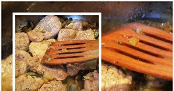 Polędwiczki z pieczarkami - Po tym czasie dodaję odłożone polędwiczki, nakrywam pokrywką i duszę do miękkości. Na koniec  zaprawiam łyżką śmietany.