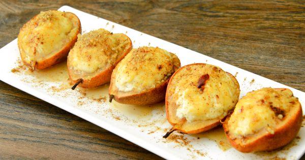 Połówki gruszek zapieczone z serem podane na białym talerzu