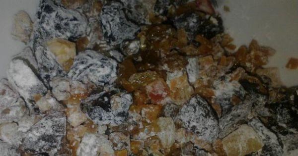 Pomarańczowy keks - Bakalie oprószamy mąką i dokładnie mieszamy.