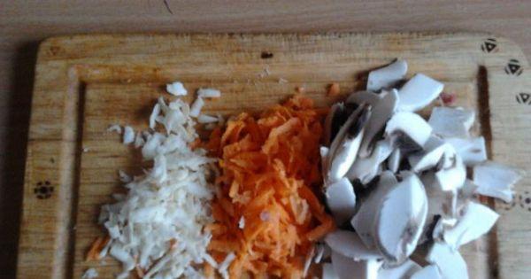 Potrawka z kaczki z kapustą, pieczarkami - Pieczarki kroimy w półplasterki, marchewkę ścieramy na tarce.