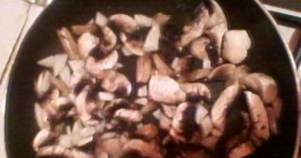 potrawka z karkówki z makaronem - pieczarki obieramy i kroimy w plasterki podsmażamy razem z cebulą
