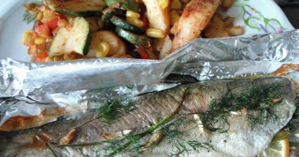 Pstrąg pieczony w folii - upieczona rybka podana z warzywami z patelni.