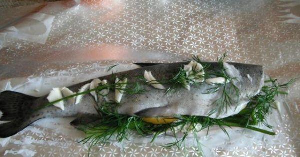 Pstrąg pieczony w folii - Na wierzch ryby kładziemy koper, kawałki masła oraz pokrojony ząbek czosnku.