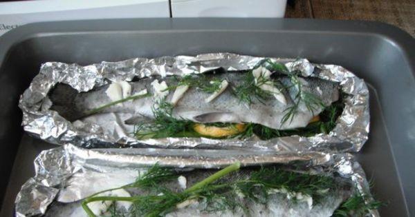 Pstrąg pieczony w folii - Przygotowana ryba gotowa do wstawienia do piekarnika.