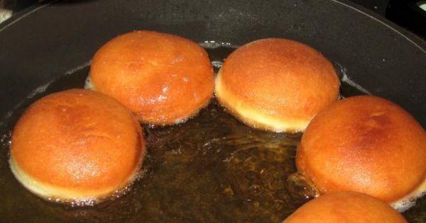 Pyszne pączki z dodatkiem ziemniaków - Na rozgrzanym tłuszczu smazymy paczki z dwóch stron