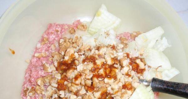 Pyszne roladki ze schabu - Do metki dodajemy orzechy pokrojoną cebulę.