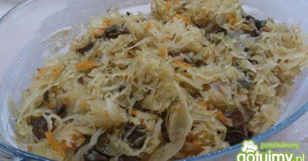 Pyszne żeberka na kapuście - dno naczynia wyłożyć kapustą wymieszaną z grzybami