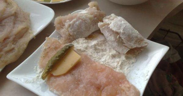 Roladki z piersi z kurczaka - Na piersi z kurczaka układamy słupki ogórka kiszonego i żółtego sera