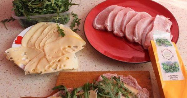 Roladki ze schabu  - Schab posypujemy przyprawą do mięsa czubryca zieloną kładziemy plasterek sera i na to rukole