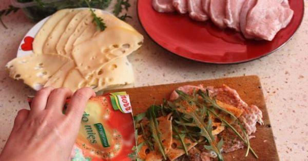 Roladki ze schabu  - Doprawiamy  mięso sola , pieprzem i przyprawami