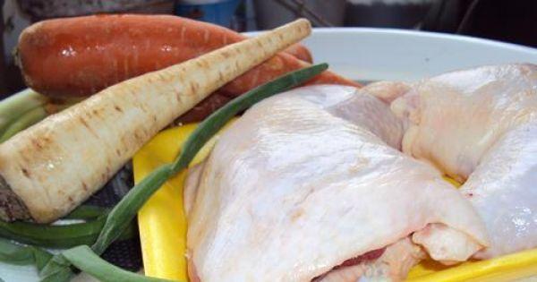 Rosół niedzielny - Mięso z kurczaka,włoszczyznai odrobina przypraw i...mamy  przepyszną zupę!