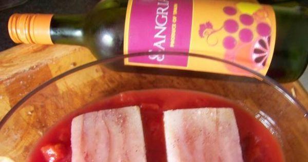 Ryba zapiekana po hiszpańsku - na dno żaroodpornego naczynia wyłożyć połowę pomidorów i ułożyć rybę.