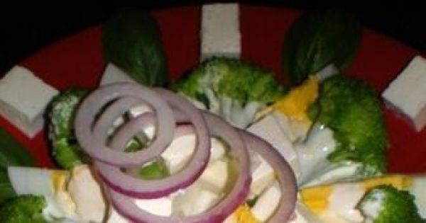 Sałatka brokułowa z fetą i jajkiem - Pyszna, kolorowa, witaminowa sałatka warzywno-jajeczna z sosem