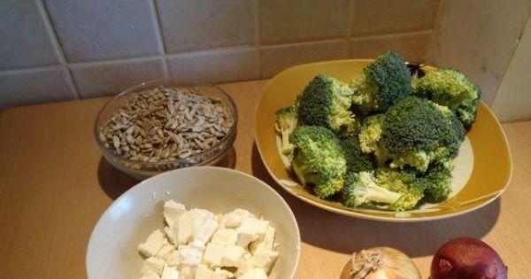 Sałatka brokułowa ze słonecznikiem - Skłądniki przygotowane -brokuł w różyczkach a ser w kostkach.