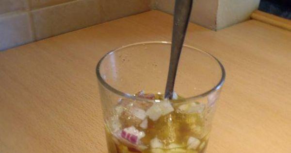 Sałatka brokułowa ze słonecznikiem - Pokrojoną cebulkę mieszamy z olejem i doprawiamy.