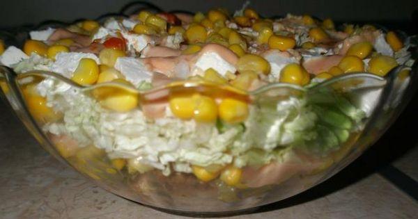 Sałatka gyros z fetą - Do półmiska wkładamy kolejno składniki i każdą warstwę smarujemy sosem