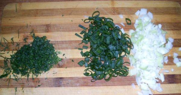 Sałatka gyrosowo-pieczarkowa - Cebulę pokroić w kostkę, a szczypiorek i koperek posiekać.