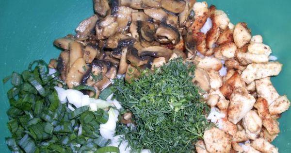 Sałatka gyrosowo-pieczarkowa - Do wystudzonego ryżu dodać przestudzonego kurczaka i pieczarki oraz zieleninę.