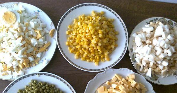 sałatka jajeczno-chrzanowa wg Zabecki - Główne składniki: jajka, ser, jabłka, groszek konserwowy i kukurydza.