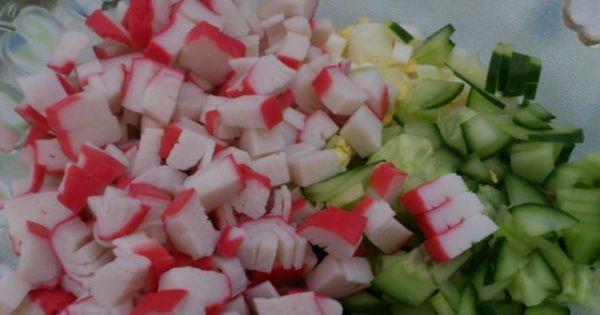 Sałatka krabowa z makaronem ryżowym - Kroimy wszystie składniki sałatki.