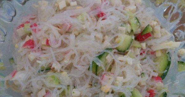 Sałatka krabowa z makaronem ryżowym - Całość mieszamy z sosem czosnkowym.