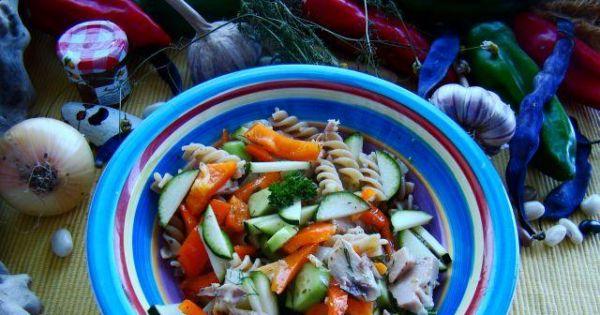 Sałatka makaronowa z wędzona makrelą  - Sałatka z makaronu razowego z wędzoną makreka,papryką i ogórkiem