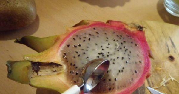 Sałatka owocowa z melonem i pitahaya - Owoc pitahaya przekrojony na pół z którego wydrążamy miazsz