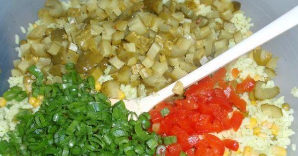 Sałatka ryzowa - Paprykę  i ogórki kroimy  w drobną  kostkę.