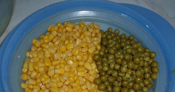 Sałatka ryzowa - Kukurydzę  i zielony groszek odsączamy na sitku.