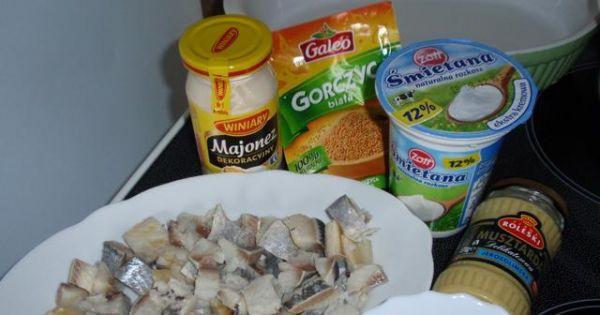 sałatka sledziowa w sosie musztardowym - Głównym składnikiem sałatki sa dobrze wymoczone sledzie